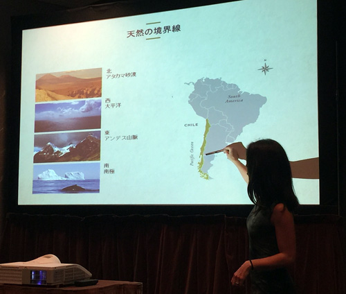 /> ノエリアさんが「スパゲッティカントリー」と表現するように、チリは南北4300km、東西の幅が177㎞という縦長の国。北にアタカマ砂漠、南に南氷洋、東にアンデス山脈、西に太平洋があり、四方を囲まれています。<br> <img src=
